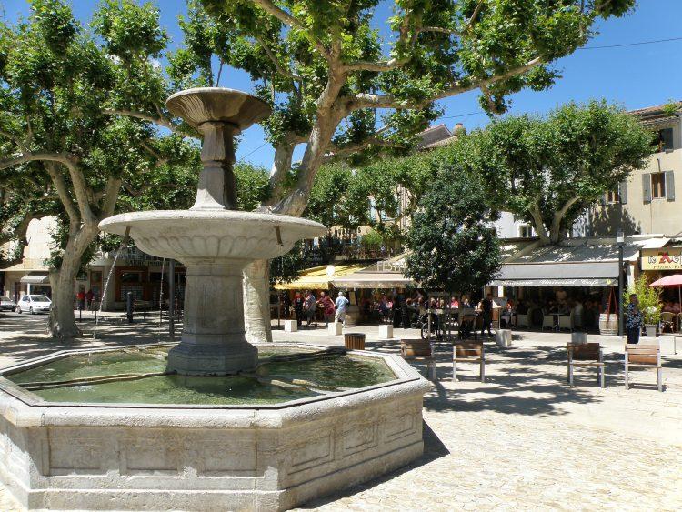 Vaison-la-Romaine_Place_de_Montfort_1-750x563
